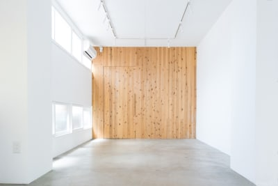 木と白壁とコンクリートによるニュートラルなスペース - メゾンシンテンチ  お洒落なオルタナティブスペースの室内の写真