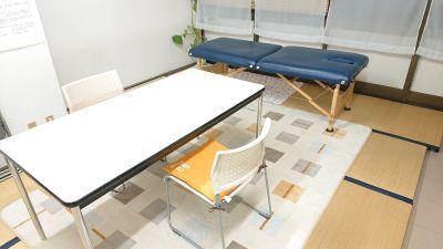 カウセリング、ネイル、相談、面接、面談、商談1対1のお客様対応 - 貸会議室リヴィング・ラボとくしま レンタルサロン相談ルーム(個室)の室内の写真