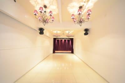 白壁、ステージ、電動カーテン - CHELSEA TERRACE 【※臨時休業中】撮影・イベントの室内の写真