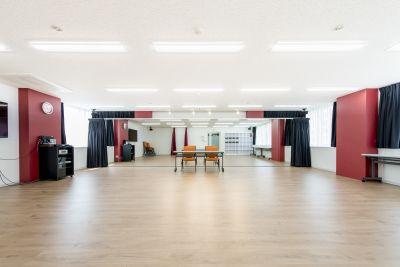 赤坂から徒歩5分の好立地、ダンスから演劇、ヨガなど用途に合わせてお使い頂けます。簡易的な更衣室も完備しております。 また、会議室としてもご利用可能となります。 - ポーラスター東京アカデミースタジオ
