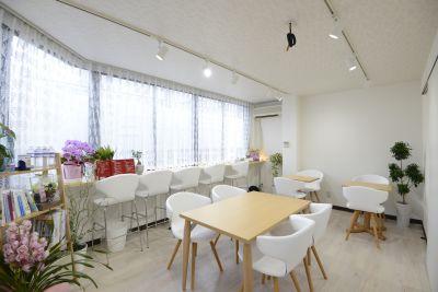 ヨガスタジオ&ジュースバー Shine-Grant オープンスペースの室内の写真