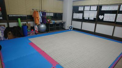 畳がベースになっております。カーペットは外せます。 ヨガ - 貸会議室リヴィング・ラボとくしま 運動サポート/運動室 徳島市の室内の写真