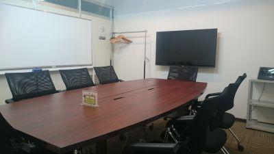 東梅田センターオフィス会議室 会議室B→完全な個室の室内の写真