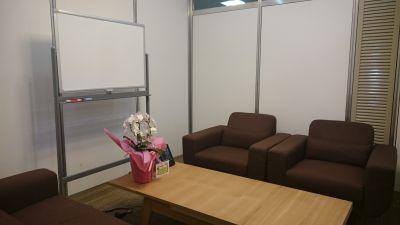 東梅田センターオフィス会議室 応接室→完全な個室の室内の写真