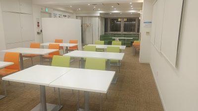 前方にテーブル12個、椅子12脚(予備の椅子12脚+丸椅子5脚) - 夢・あいホール セミナー、勉強会、個展等の室内の写真