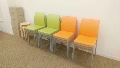 予備の椅子(丸椅子5脚、グリーンとオレンジの椅子は、室内に12脚ずつございます - 夢・あいホール セミナー、勉強会、個展等の室内の写真
