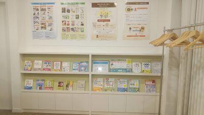 室内入ってすぐ、一部、ポスター、書籍展示コーナーがございます(毎月相続対策セミナーを開催しております) - 夢・あいホール セミナー、勉強会、個展等の室内の写真