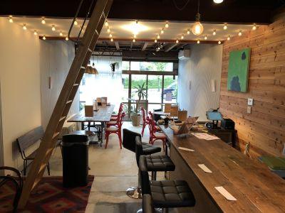 cafebar marimo メインスペースの室内の写真