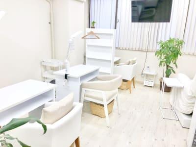 白を基調とした明るい店内 - ネイルサロンLiana ネイルスペースの室内の写真