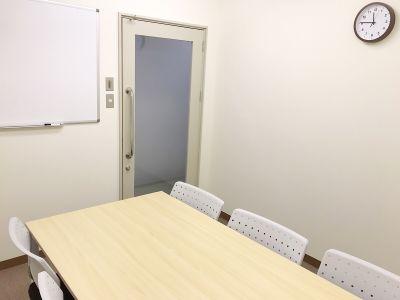 共栄実業(株) 三栄ビル うめきた会議室713(6名着席)の室内の写真