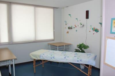 ベッド(無料貸出)を入れて、施術室としても♪ - ippo札幌 貸し会議室A3の室内の写真