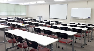 スクール形式 テーブル 20台 椅子 60脚 - 大阪長堀 貸会議室 8階 E会議室の室内の写真