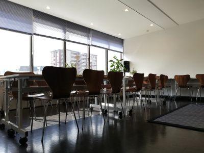 コワーキングスペースミナト イベントスペース(1~50名)の室内の写真