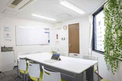 明るい窓があり空けれます。遮光カーテンもあります。 - アクセス抜群の新宿駅徒歩2分物件 家賃22万物件をシェアして使おうの室内の写真