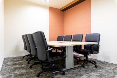 BIZcomfort京都四条烏丸 完全個室 8名用会議室の室内の写真