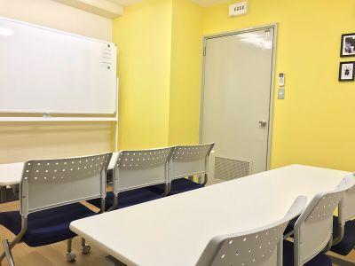 共栄実業(株) エイトビル うめきた会議室232(6名着席)の室内の写真