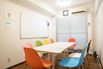 窓は広く全開で非常に風通しが良いです。エアコンと併用や換気扇との併用も可能です - 立地抜群。渋谷駅徒歩1分の会議室 風通しの良し。渋谷エリア3月1位の室内の写真