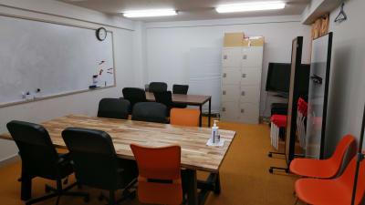 大型テーブルと中型テーブルで会議、研修、作業台にも使用可能 - 千成ビル203会議室の室内の写真