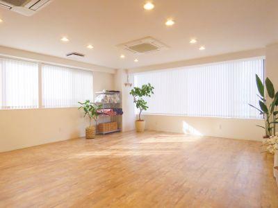ヨガスタジオ BRE×ST 3F、サロンスペースの室内の写真
