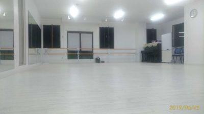 横浜中華芸術学校中華街本校 スタジオの室内の写真