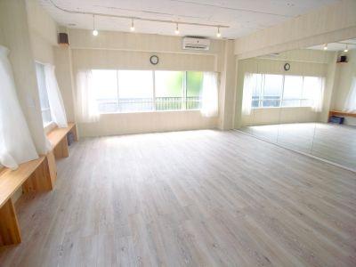自然光溢れる明るいお部屋。鏡一面張り。スタッフが毎日清掃しているので清潔です。消毒液設置済。 - KOBE RENT SPACE Aスタジオ(3F)多目的スペースの室内の写真