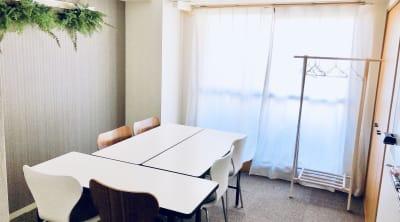 テレワークご利用が増えたので、このレイアウトに変更しました。 - K-Platセンター北 レンタルスペース、貸し会議室の室内の写真