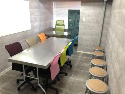 カラフルなチェアとクールなデスクがスタイリッシュなお部屋です♪ - SSS渋谷 SSS渋谷 レンタルスペースの室内の写真