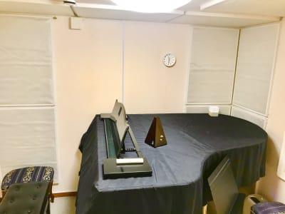 パンテサロン【無料WIFI】 防音室グランドピアノ【駅前《即決の室内の写真