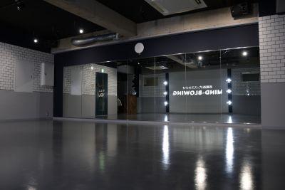 継ぎ目のない鏡張りです。 - mind-blowing レンタルダンススタジオの室内の写真