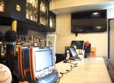 カラオケスナック 麻布十番のカウンターバーの室内の写真