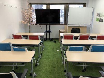 桜GREENな会議室 飯田橋 飯田橋徒歩5分の芝生の会議室の室内の写真