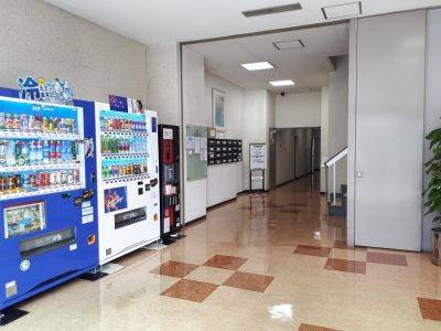 1階 自販機 - 大阪長堀 貸会議室 6階 D会議室の室内の写真