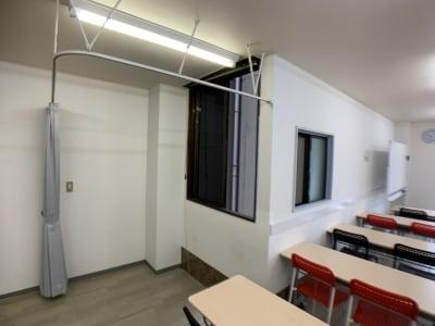 間仕切りスペース(カーテンオープン時) - お気軽会議室金沢安江町103号室 レンタル多目的スペースの室内の写真