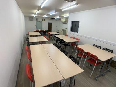 ワークショップ形式(奥から) - お気軽会議室金沢安江町103号室 レンタル多目的スペースの室内の写真