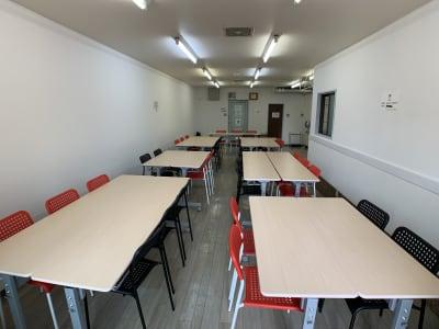 ワークショップ形式例(奥から) - お気軽会議室金沢安江町103号室 レンタル多目的スペースの室内の写真
