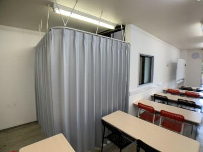 間仕切りスペース(カーテン締め切り時) - お気軽会議室金沢安江町103号室 レンタル多目的スペースの室内の写真