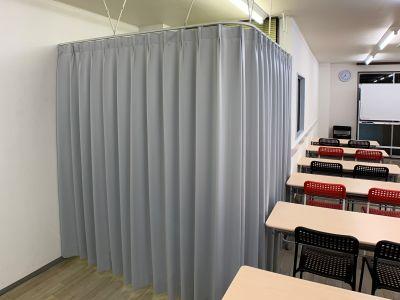カーテン締め切り時 - お気軽会議室金沢安江町103号室 レンタル多目的スペースの室内の写真