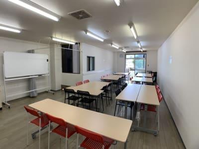 ワークショップ形式例(手前・入り口側から) - お気軽会議室金沢安江町103号室 レンタル多目的スペースの室内の写真