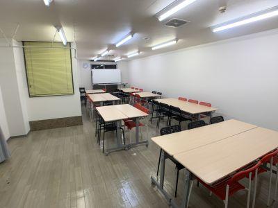 ワークショップ形式(手前から) - お気軽会議室金沢安江町103号室 レンタル多目的スペースの室内の写真
