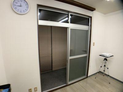奥のスペース - お気軽会議室金沢安江町103号室 レンタル多目的スペースの室内の写真