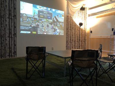 大画面スクリーン。HDMI接続対応のテレビゲーム機にも対応 - パーティーピーポー 多目的スペースの室内の写真