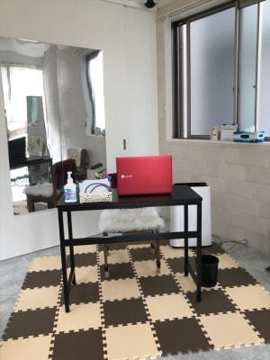 【テレワーク・Web会議に最適】デスクと椅子あります。 - レンタルスペースMTAC 扉で仕切る個室&スタッフ常駐の室内の写真