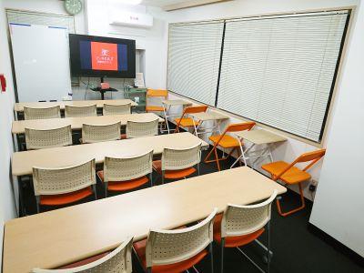 セミナーや上映会などは、スクール形式がお勧めです。 - アーキヒルズ西新宿7ベース 【新宿・西新宿】レンタルスペースの室内の写真