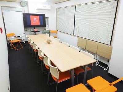 対面式での利用は推奨12名ですが、補助席を利用すれば16名まで利用可能です。 - アーキヒルズ西新宿7ベース 【新宿・西新宿】レンタルスペースの室内の写真