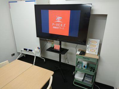 55インチTVモニターとDVDプレイヤーはご自由にお使いください。 - アーキヒルズ西新宿7ベース 【新宿・西新宿】レンタルスペースの設備の写真