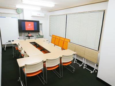 ミーティング形式では、少ない人数であれば、ソーシャルディスタンスの確保も可能です - アーキヒルズ西新宿7ベース 【新宿・西新宿】レンタルスペースの室内の写真