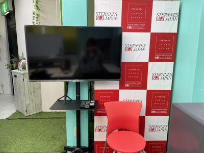 43インチモニター完備 - スターネスジャパン会議室 吹上のレンタルスペース、貸会議室の室内の写真