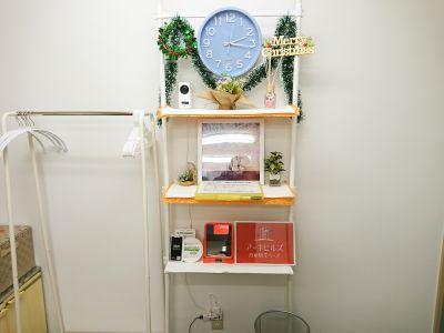 入室するとすぐに目に入る飾り棚はお知らせやイベントに合わせた飾りつけをしています - アーキヒルズ西新宿7ベース 【新宿・西新宿】レンタルスペースの室内の写真