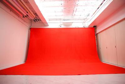 大型背景赤 設置使用料2000円 - 蒲田センタービル504 クロマキー撮影 レンタルスタジオの室内の写真