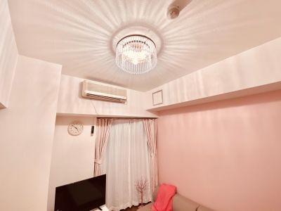シャンデリアも可愛いですよ(⋈◍>◡<◍)。✧♡ - SMILE+フェリス梅田 パーティルーム、レンタルスペースの室内の写真